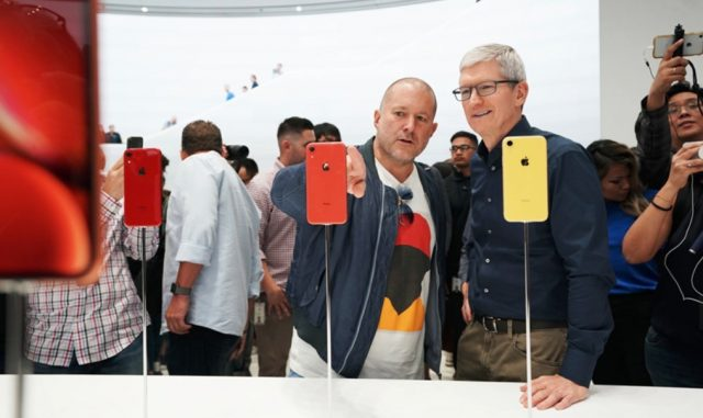 Jony Ive and Tim Cook check out iPhone XR
